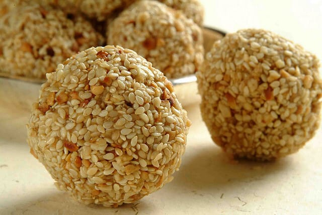 Read more about the article Ayurvedic Sugar-Free & Home-made Til-Gur Sweets Recipes for Makar Sankranti Festival – Yummy!
