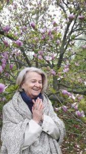 (video) Bunica face Yoga, Mediteaza si Iarta – Ne Inspira pe Toti!