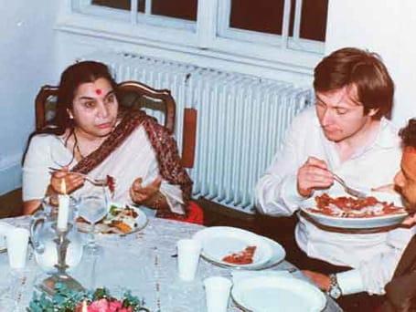 taking-lunch-with-shri-mataji-in-england